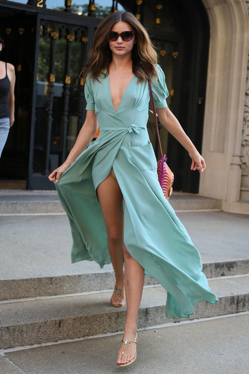 Фото под платьем на улице